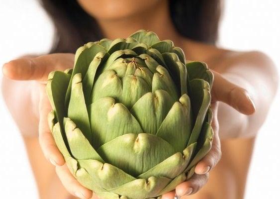 La alcachofa puede ayudarnos a reducir el ácido úrico.