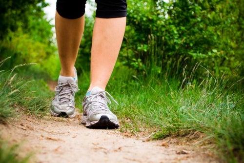 Caminar y hacer actividad física puede aliviar la endometriosis