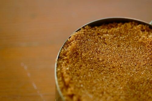 El azúcar moreno puede ser un buen sustituto del azúcar blanco.