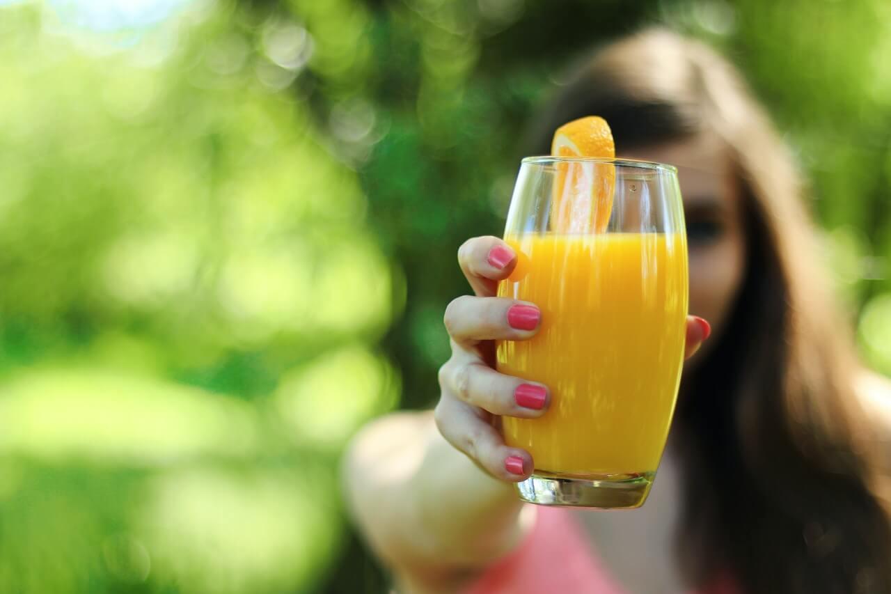 Consumir jugo de naranja a diario puede ser beneficioso para ti.