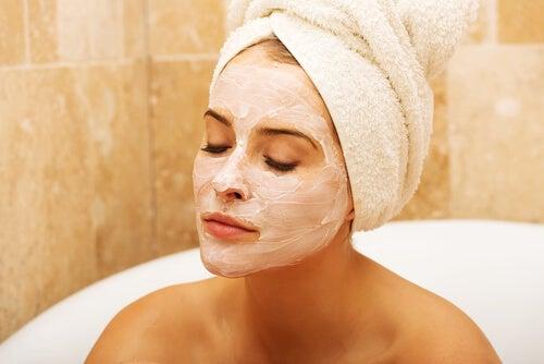 Hidratar y limpiar el cutis como tratamiento para los poros dilatados