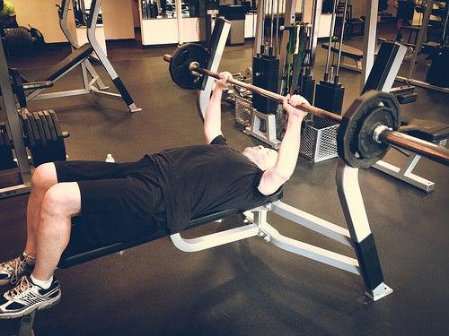 ejercitar-en-el-gimnasio-tonifica-y-fortalece-los-musculos