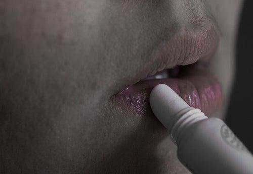 persona hidratando los labios