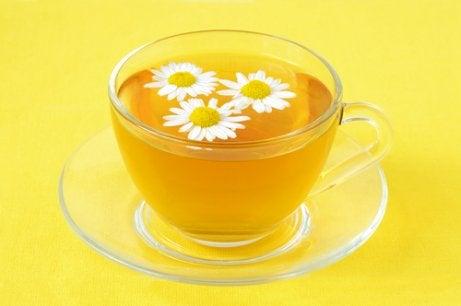 La manzanilla es un tratamiento natural para las hemorroides.