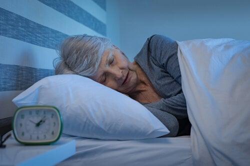 Mujer mayor dormida