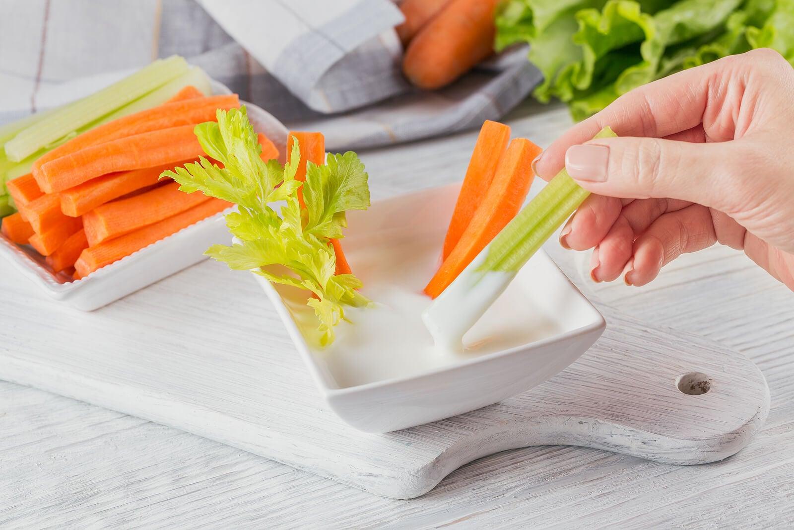 Palitos de apio y zanahoria: snacks saludables.