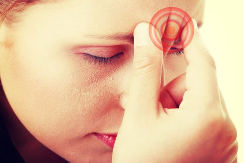 Mujer con fatiga crónica y dolor de cabeza