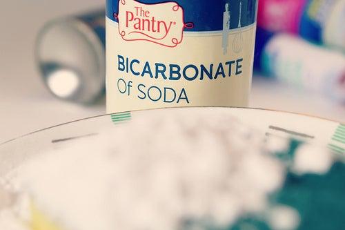 Bote de bicarbonato de sodio.