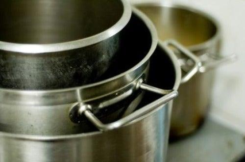 Limpiar ollas, uno de los usos alternativos del aceite de oliva.