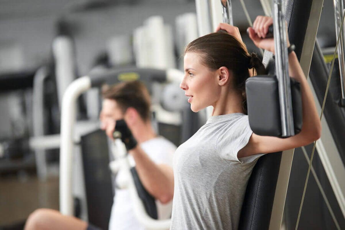 como hacer crecer el pecho en el gym