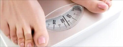 Persona pesándose