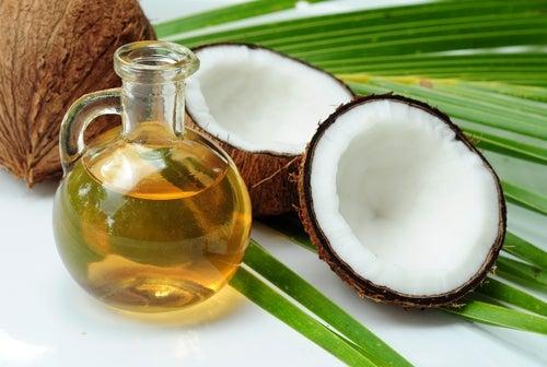 Para mejorar el encrespamiento de tu cabello, el aceite de coco puede llegar a ser efectivo.