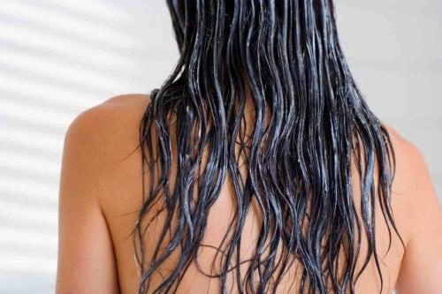 Descubre cómo puedes lavar tu pelo sin champú