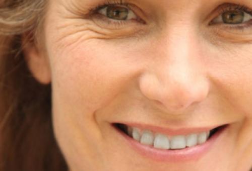 mujer que sonríe con felicidad