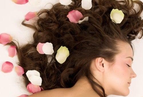Cómo perfumar tu cabello naturalmente