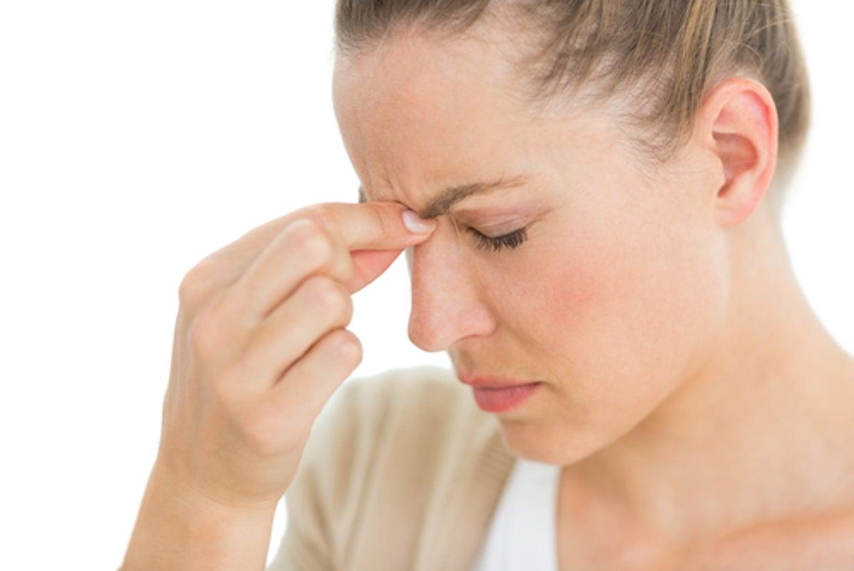 Cómo curar un dolor de cabeza causado por la presión arterial alta