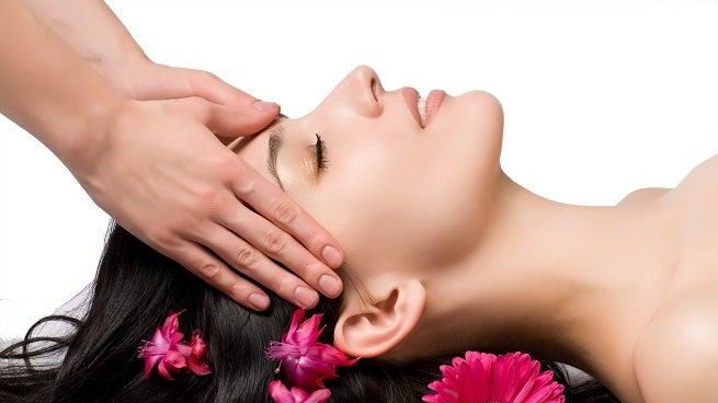 masajes recostada en la sien para aliviar el dolor de cabeza