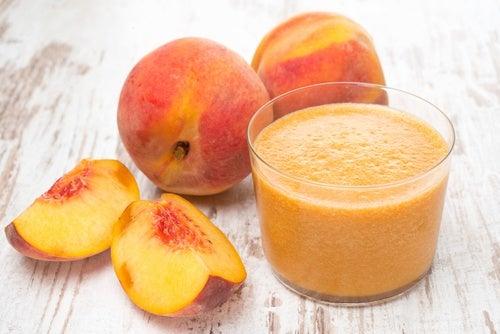 Melocotones y batido de fruta