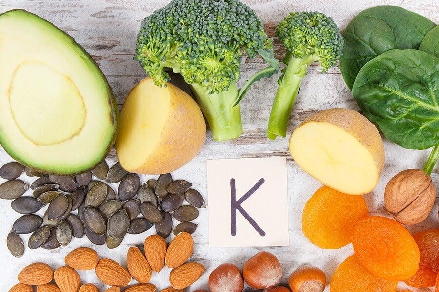 Alimentos ricos en vitamina K que apoyan la cicatrización.