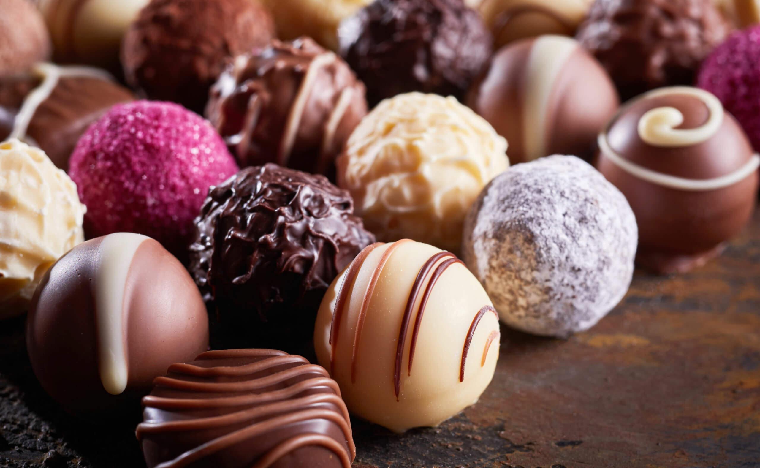 Entre los alimentos prohibidos colon irritable están los chocolates.