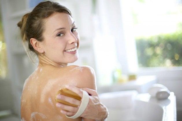 Mujer lavándose la espalda
