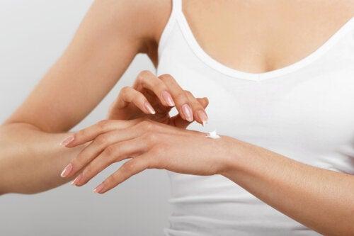 Trucos para mantener unas manos suaves y sin manchas