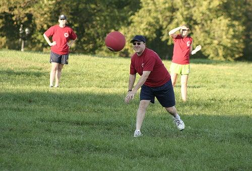 personas jugaban la pelota, el ejercicio es bueno para las hemorroides