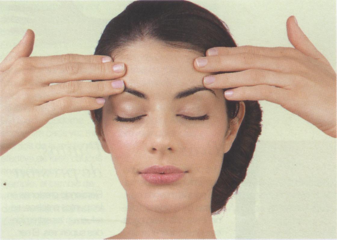 masaje en la frente para aliviar el dolor de cabeza