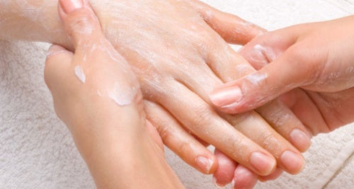 Cómo cuidar tus manos para mantenerlas jóvenes
