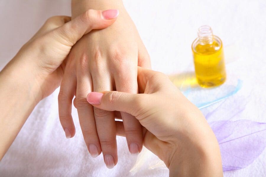 Masaje manos con aceite