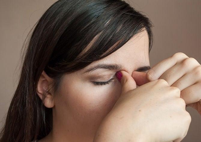 masaje en la base de los ojos para aliviar el dolor de cabeza