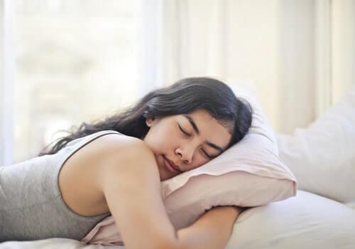 Mujer abrazando su almohada.