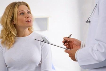 Mujer acude al médico por inflamación de ganglio linfático