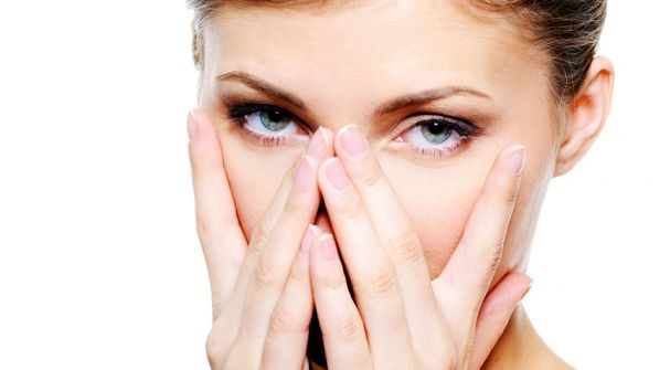 Mujer con los ojos secos