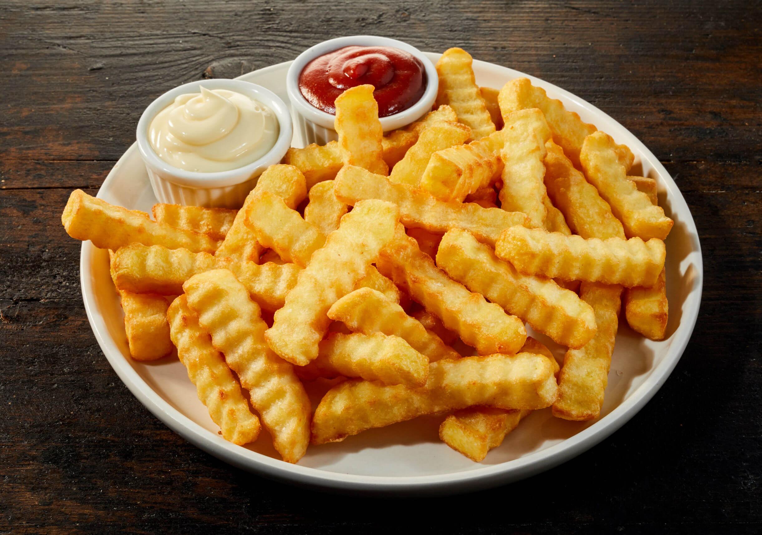 Entre los alimentos prohibidos colon irritable están las patatas fritas.