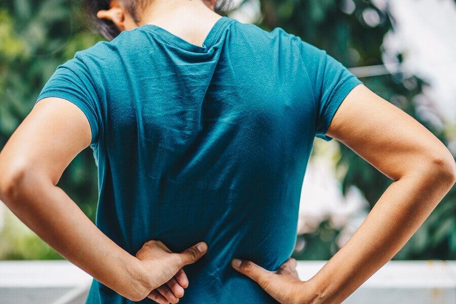El dolor de espalda es uno de los síntomas de enfermedad en el riñón.