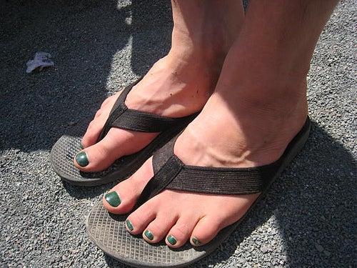 Mujer con sandalias