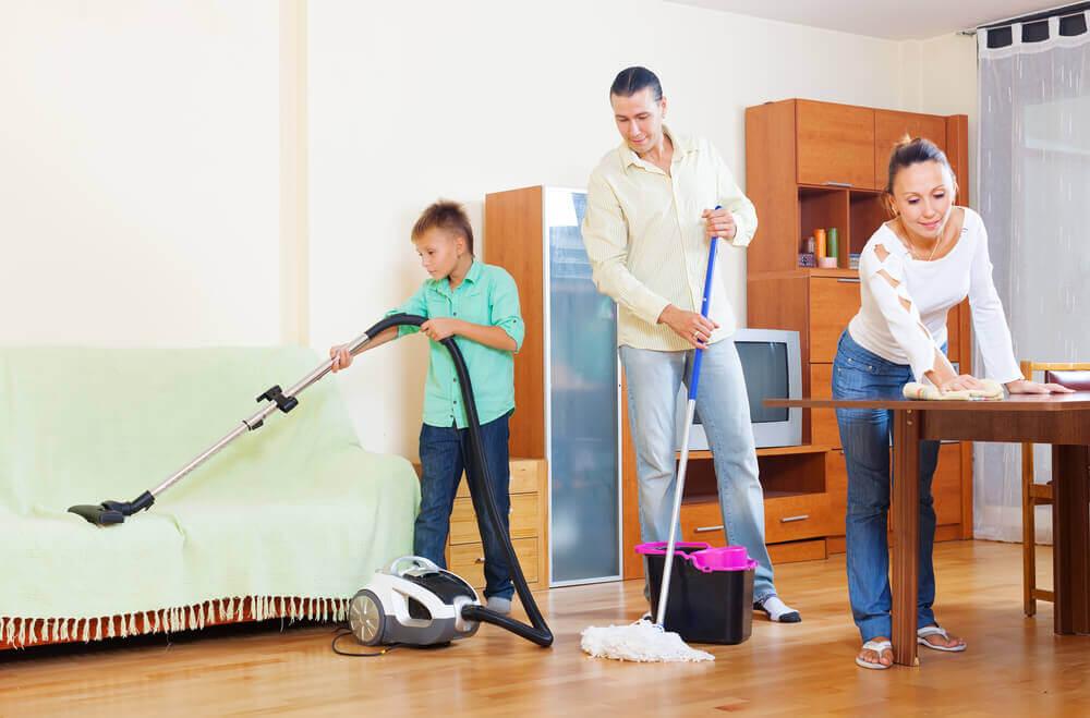Repartir las tareas equitativamente ayuda a mejorar la convivencia familiar.
