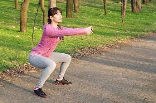 Chica-haciendo-sentadillas-excelentes-para-fortalecer-piernas-y-gluteos