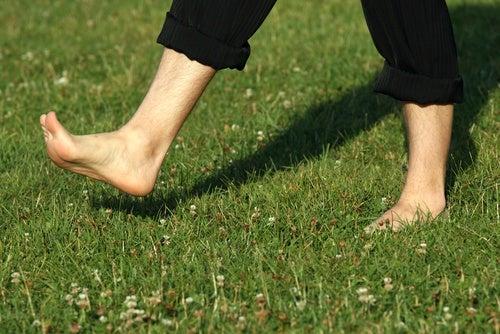 Beneficios de caminar descalzos