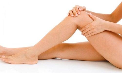 Mujer masajeándose las piernas