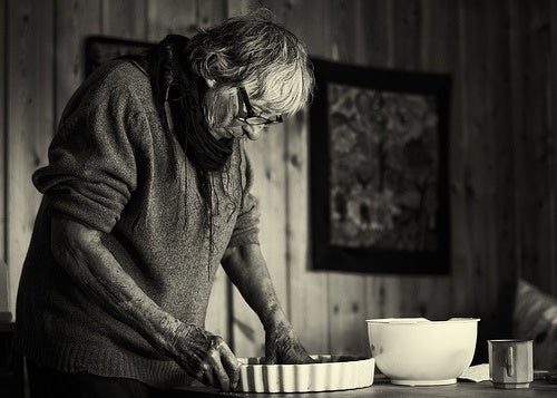Abuela cocinando.