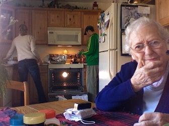 abuela en casa con la familia