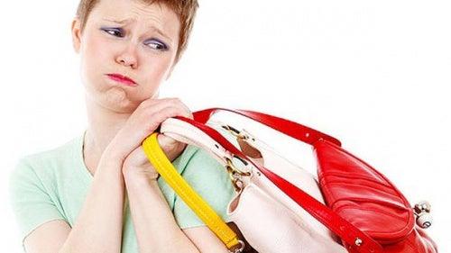 Mujer llevando bolsos de colores