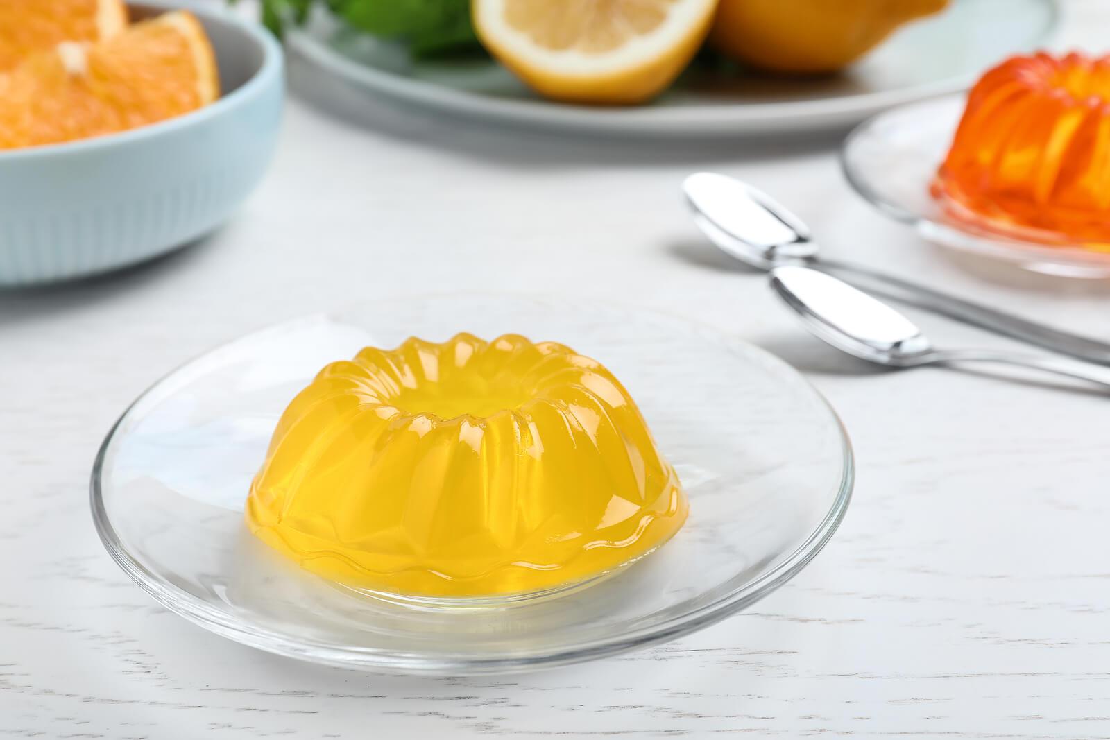 La gelatina viene en diversos sabores de frutas.