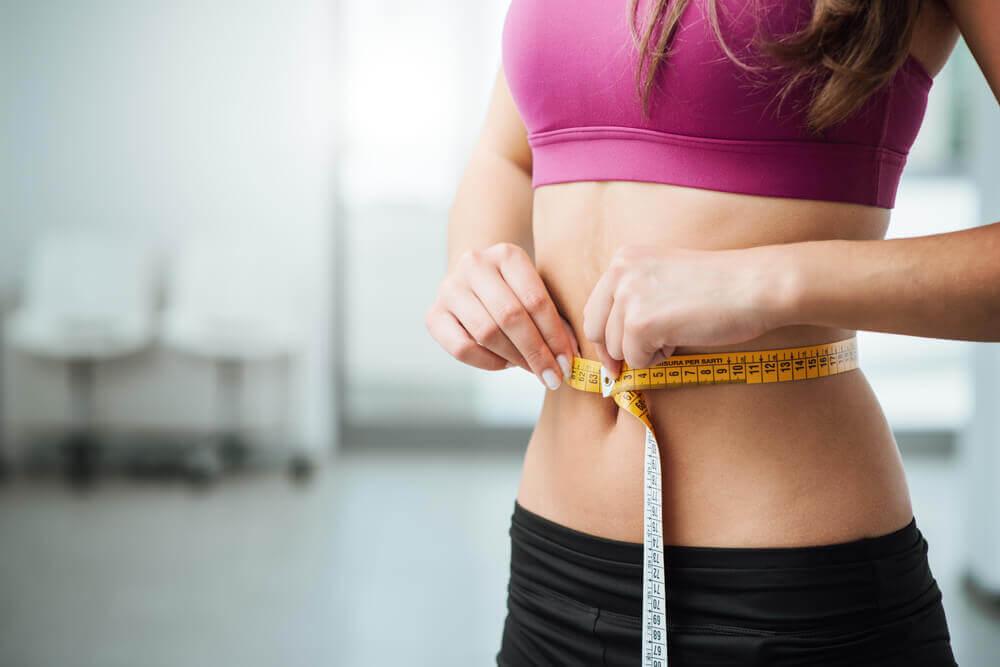 Es posible perder peso con la papaya, dentro de un estilo de vida saludable.