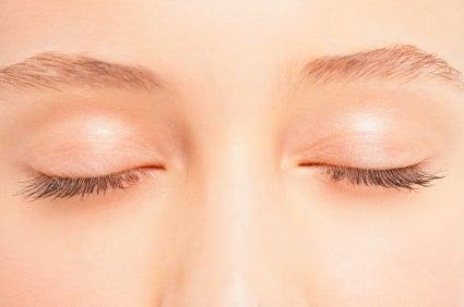 Mujer-con-los-ojos-cerrados-preparada-para-gimnasia-de-parpados