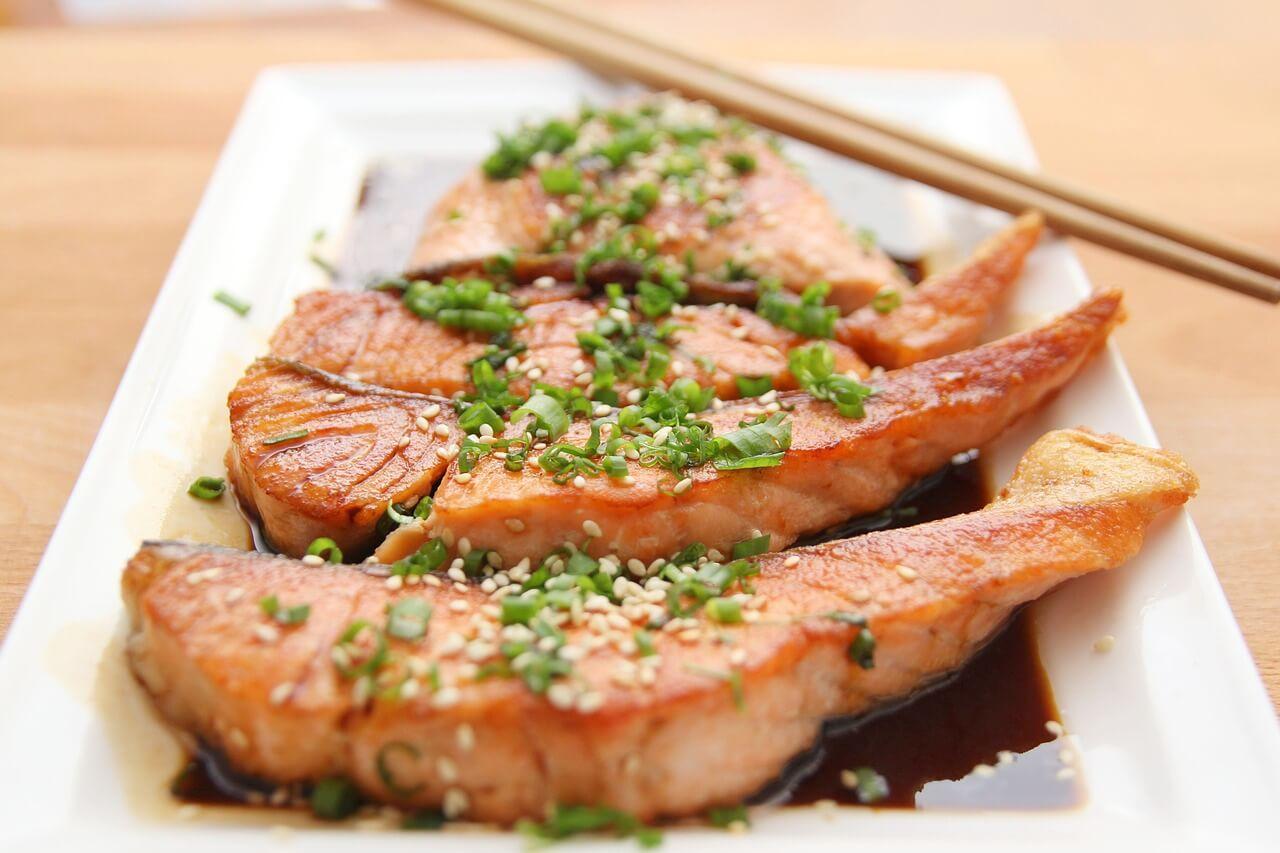 Salmon con teriyaki, uno de los platos de la dieta japonesa