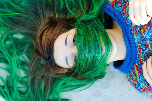 Chica con el pelo teñido de verde