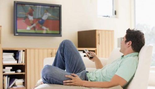 Hombre viendo la televisión.